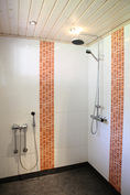 Uusittu kylpyhuone kahdella suihkulla