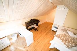 Luonnonmateriaaleja kaikissa makuuhuoneissa. Yläkerran isommassa makuuhuoneessa on yli 20m2.
