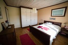 Toinen alakerran makuuhuoneista. Puulattia tuntuu hyvältä jalan alla.