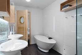 Kylpyhuone 2.