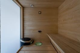 Toisen kylpyhuoneen (2.) yhteydessä on sauna.