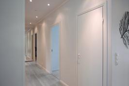 Käytävä makuuhuoneisiin 1 ja 2 sekä vaatevarasto ovi