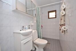 Piharakennus, erillinen wc/suihku