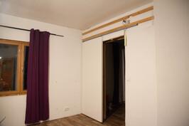 Olohuone, makuuhuoneen ovi