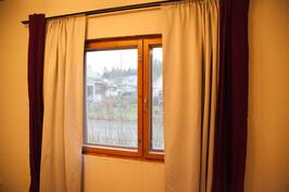 Makuuhuoneen ikkunasta näkymä tielle