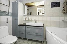 Kylpyhuone jossa kaksi moottorinen poreamme