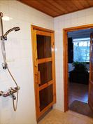 Kylpyhuoneesta saunaan ja takkahuoneeseen