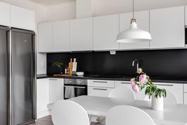 Keittiössä hyvä varustus ja runsaasti kaappi- ja laskutilaa. Kuva vastaavasta valmiista asunnosta.