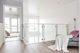 Yläkerran aula tuo valoa ja ilmavuutta. Kuva vastaavasta valmiista asunnosta.