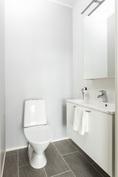 Alakerran erillinen wc. Kuva vastaavasta valmiista asunnosta
