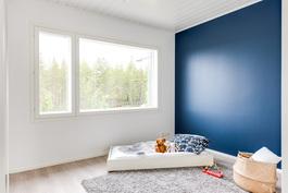Yläkerrassa kolme hyvänkokoista makuuhuonetta. Kuva vastaavasta valmiista asunnosta.