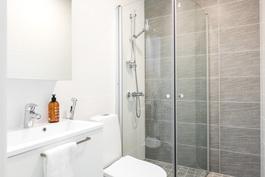 Suihkukulmaus myös yläkerran wc:ssä. Kuva vastaavasta valmiista asunnosta.