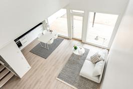 Väljät ja korkeat oleskelutilat. Kuva vastaavasta valmiista asunnosta.