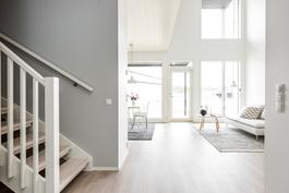 Eteisaulasta kulku oleskelutiloihin ja yläkertaan. Kuva vastaavasta valmiista asunnosta.