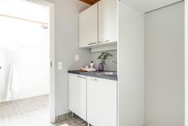 Alakerrassa erillinen kodinhoitohuone. Kuva vastaavasta valmiista asunnosta.