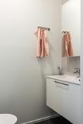 Esimerkkikuva: WC:n varustuksena Puustellin allaskaappi ja peilikaappi