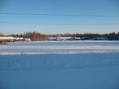 Näkymä etuovelta talvella