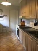 Keittiö, kuten muukin talo on pintaremontoitu.