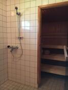 Takkahuoneen kautta tullaan kylpyhuoneeseen ja saunaan.