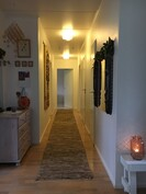 Käytävän varrella ovat makuuhuoneet, wc ja pääsy takkahuoneeseen, kylpyhuoneeseen ja saunaan.