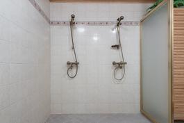 Asunnon kylpyhuone
