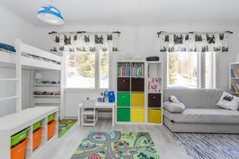 Iso ja valoisa lastenhuone