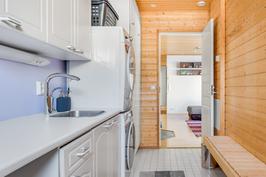 Kodinhoitohuoneessa allas ja paikka pesutornille