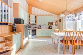 Suuri ja valoisa keittiö