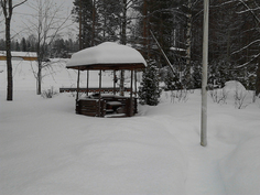 Grillikatos pihan eteläpäädyssä talvella
