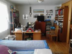 Näkymä isosta makuuhuoneesta työhuoneen puolelle