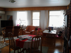 Vielä peremmälle mentäessä näkymä olohuoneeseen hieman oikealle, jossa näkyy myös ruokailutila