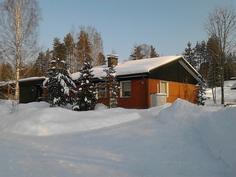 Sama näkymä pihatielle sekä länsiseinustaan ja eteläpäätyyn talvella