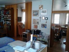 Näkymä makuuhuoneen ja työhuoneen yhdistelmästä olohuoneen puolelle