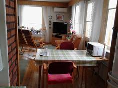 Näkymä keittiöstä olohuoneeseen, mahdolisuus laittaa puuhaitariovi kiinni