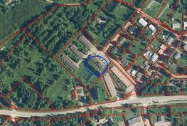 Asunto sijaitsee +merkin kohdalla kuvan keskellä. Takapihalla on laaja taloyhtiön puutarha-alue.