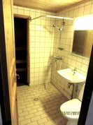 Sauna ja suihkutilat. Säilytystilaa on ja oma paikka pesukoneelle.