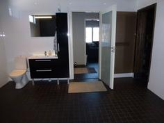 Kylpyhuoneen wc sekä allaskaapisto