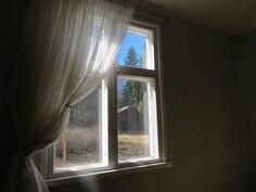 Kamarin ikkunasta näkyy maakellari