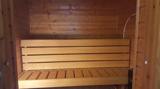 Päärakennuksen sisälle on remontoitu 1990-luvulla sähkölämmitteinen sauna.