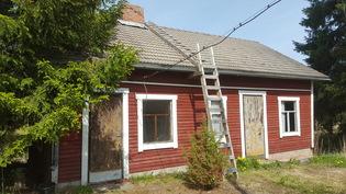 Piharakennus jossa sauna ja aitta