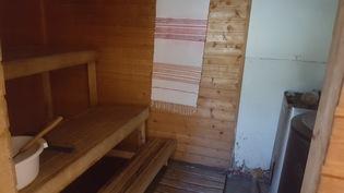 Pihasaunassa puukiuas, iso vesipata ja erillinen pesutila