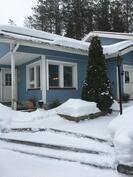 Talo sijaitsee kallioisella länsitontilla.