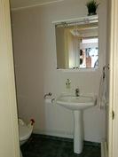 Alakerran wc. Bottenvåningens toalett.