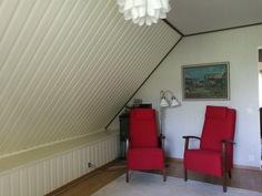 Yläkerran huone 4 kuvattuna parvekkeen ovelta. Övrevåningen, rum 4 sett från balkongen.