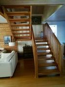 Portaat yläkertaan. Trappor till övre våningen.