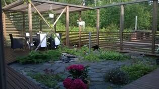 Patio ja pergola, liuskekiveä istutuksia, suihkulähde