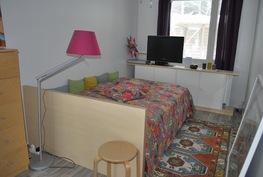 Pienin makuuhuone olohuoneen nurkassa