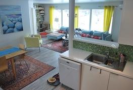 Näkymä avoimesta keittiöstä olohuoneeseen