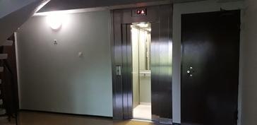 uusittu hissi katutasosta