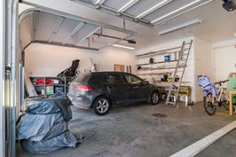 Nosto-ovet kauko-ohjaimin, lattiassa mastertop-käsittely, tehostettava poistoilmanvaihto ym.